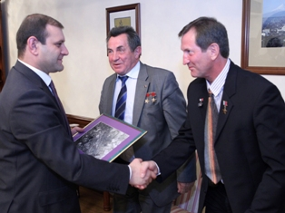 Russian cosmonauts present to Yerevan Mayor city's photo taken from space